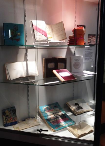 De vitrine van het NDA in het Meertens Instituut.